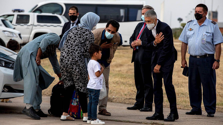 Foto: El ministro del Interior, Fernando Grande-Marlaska (2d), saluda a algunos de los pasajeros del avión procedente de Dubái con 290 evacuados de Afganistán. (Getty)