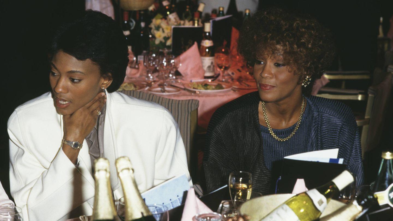 Whitney Houston con su íntima amiga Robyn Crawford. (Getty)