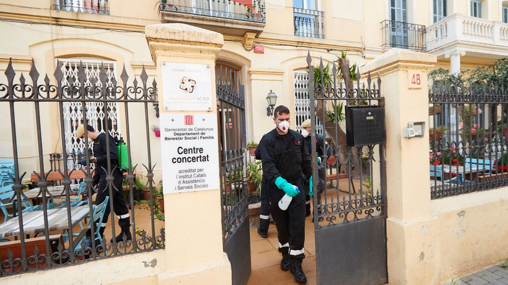 Foto: Trabajos de desinfección de la UME en la residencia geriátrica Paradis del Mar, de Pineda de Mar (Barcelona), el 16 de abril. (EFE)