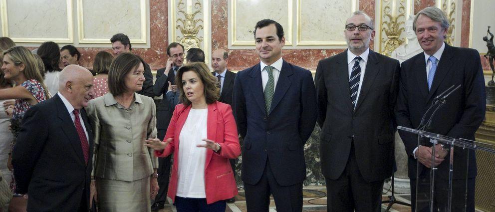 En el centro, Soraya Sáenz de Santamaría junto a Leopoldo González-Echenique. (Efe)