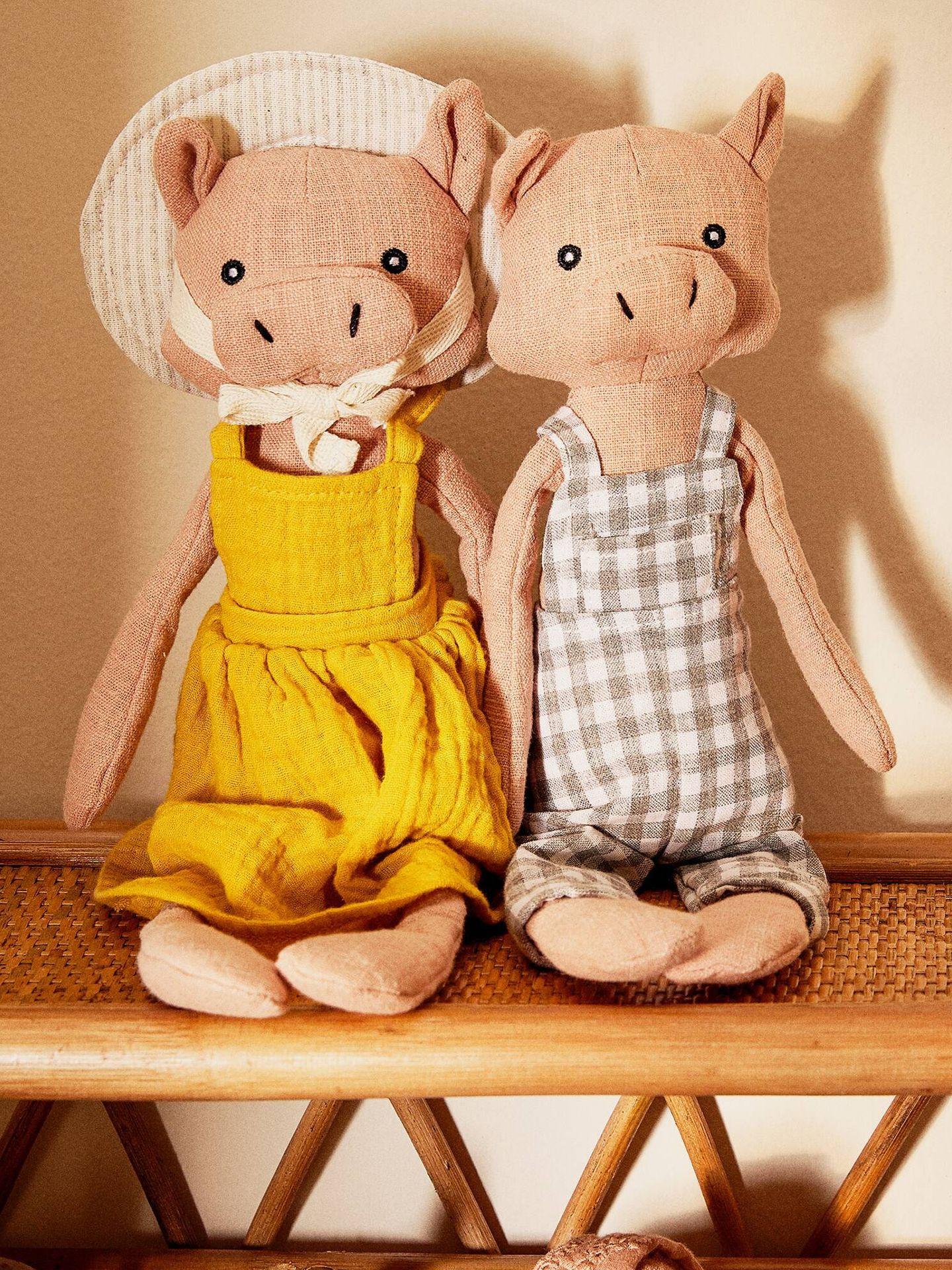 Muñecos con forma de cerdito de Zara Home. (Cortesía)