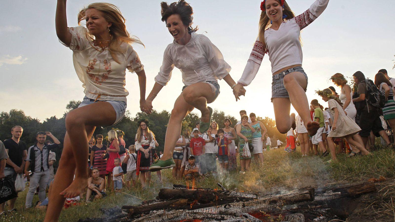 Foto: Jóvenes ucranianas saltan sobre una hoguera durante una festividad tradicional cerca de Kiev, en julio de 2013. (Reuters)