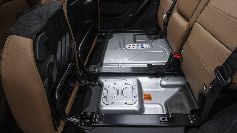 La batería de 17,4 kWh del Wrangler 4xe va debajo de la banqueta posterior. Gracias a eso, el maletero no pierde capacidad: 533 litros.