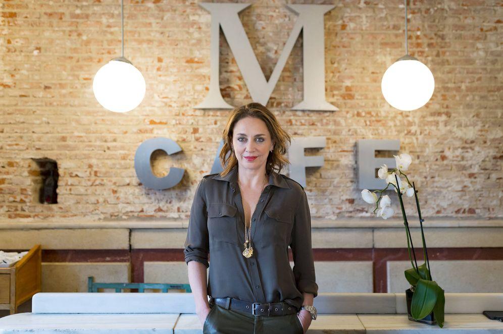 Foto: Eliza Arcaya, en el madrileño Café Murillo de su propiedad. (Foto: Manu Torres)