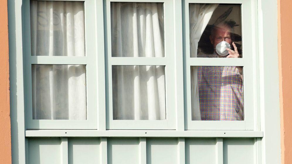 Foto: Un turista mira por la ventana del hotel Costa Adeje Palace. (Reuters/Borja Suárez)