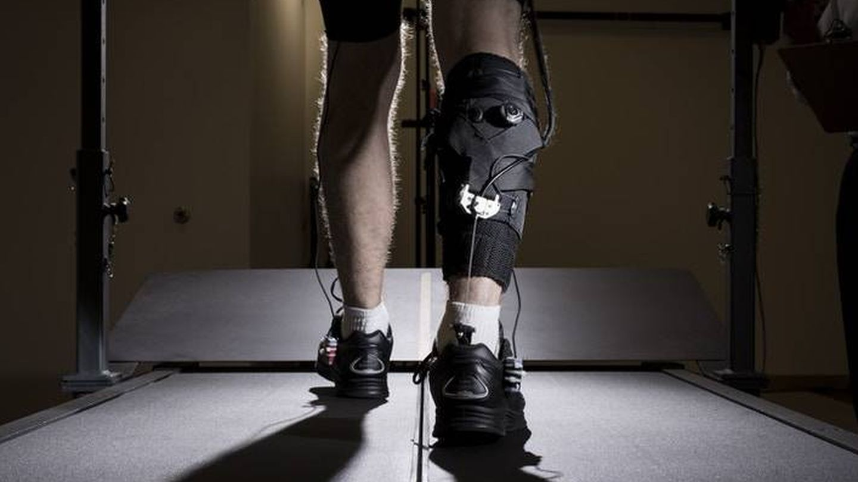 El exotraje actúa sobre el tobillo. Foto: Wyss Institute/Universidad de Harvard