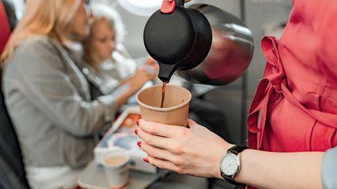 Por qué no deberías tomar café o té en un avión, según varias azafatas