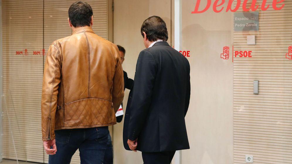 Foto: Pedro Sánchez, acompañado por Javier Fernández, el pasado 15 de mayo antes del debate de los tres candidatos. (EFE)