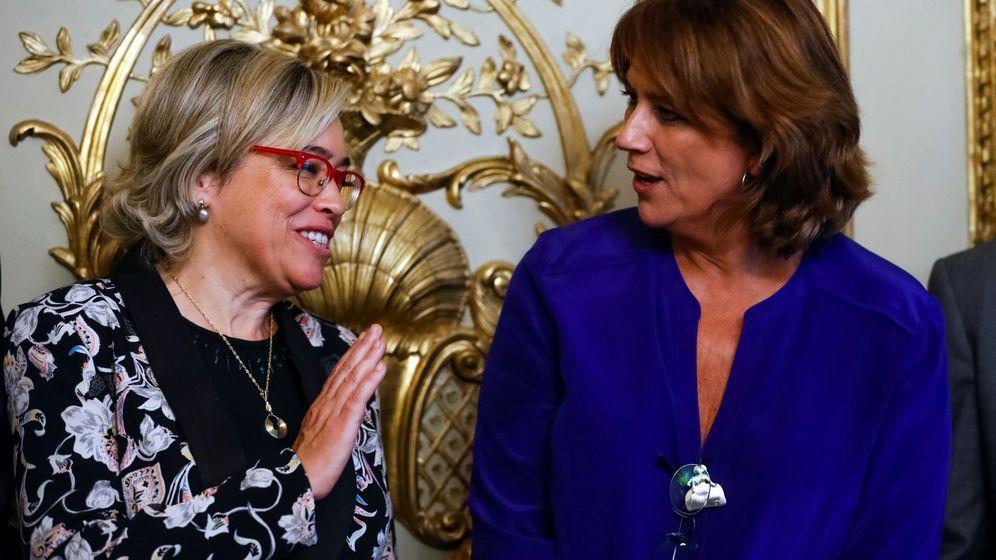 Foto: Consuelo Castro, abogada general del Estado, con la ministra de Justicia, Dolores Delgado. EFE