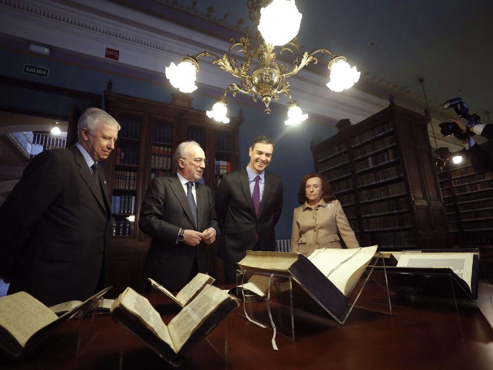Foto: El presidente del Gobierno, Pedro Sánchez, y el presidente de la Real Academia Española Santiago Muñoz Machado (EFE)