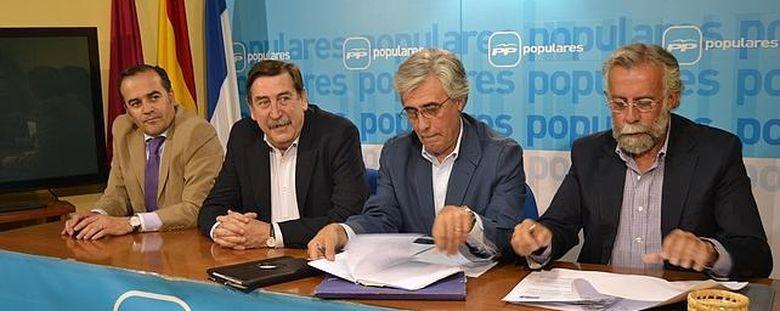 Foto: Tomás Burgos Beteta, senador por Toledo (segundo por la derecha) (EFE)