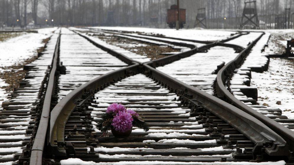 Foto: Flores frente al campo de concentración de Auschwitz. (Reuters)