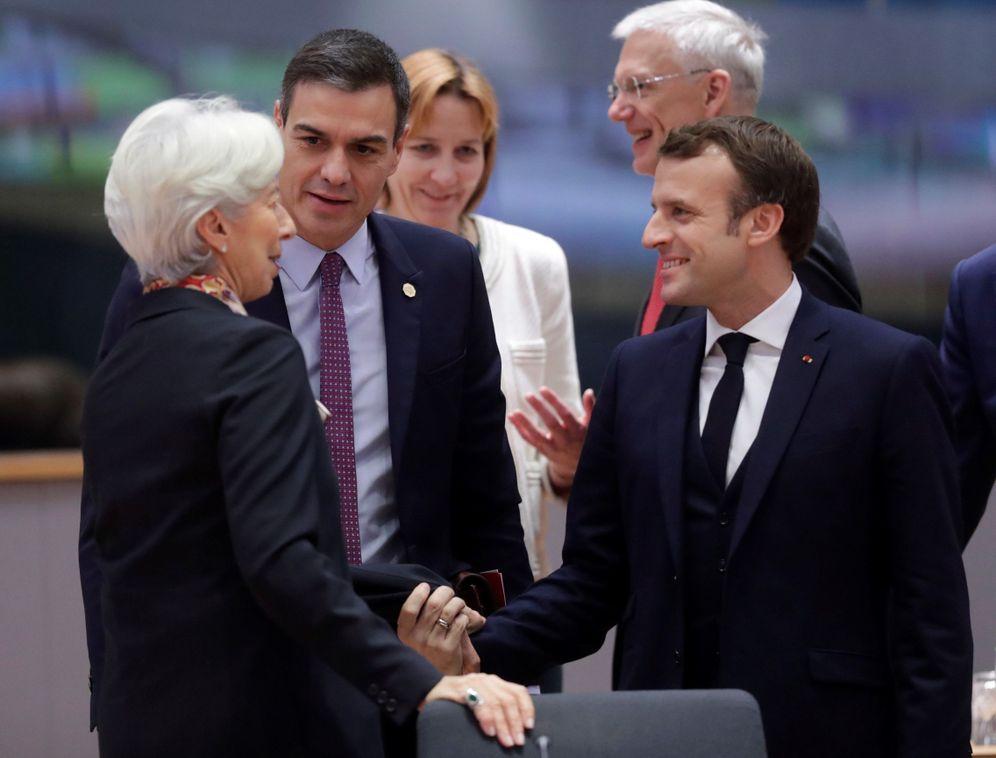 Foto: Pedro Sánchez charla con la presidenta del BCE, Christine Lagarde, y el presidente francés, Emmanuel Macron, en una cumbre europea. (EFE)