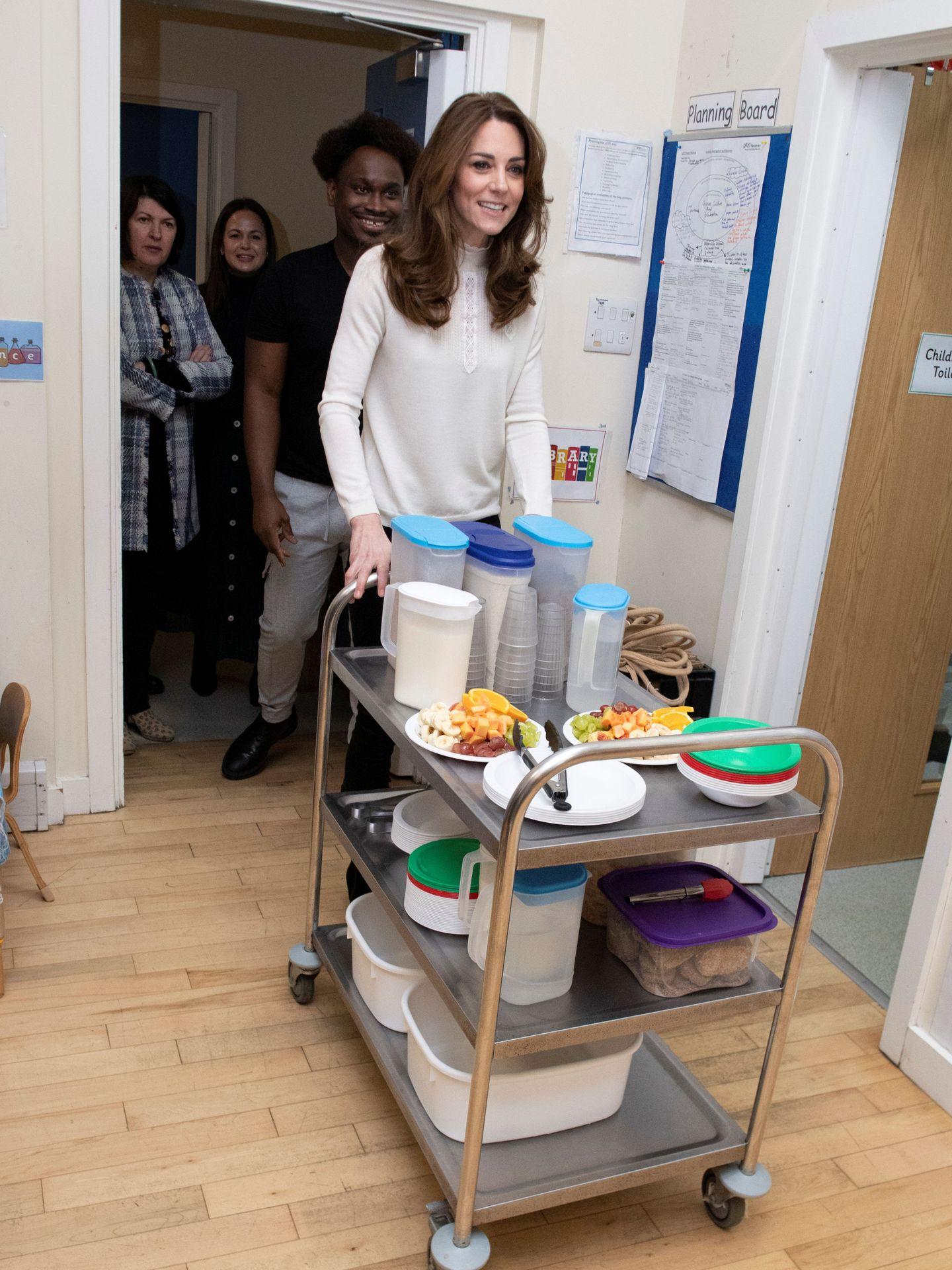 La duquesa de Cambridge, este miércoles, echando una mano con los desayunos en una guardería de Londres. (Reuters)