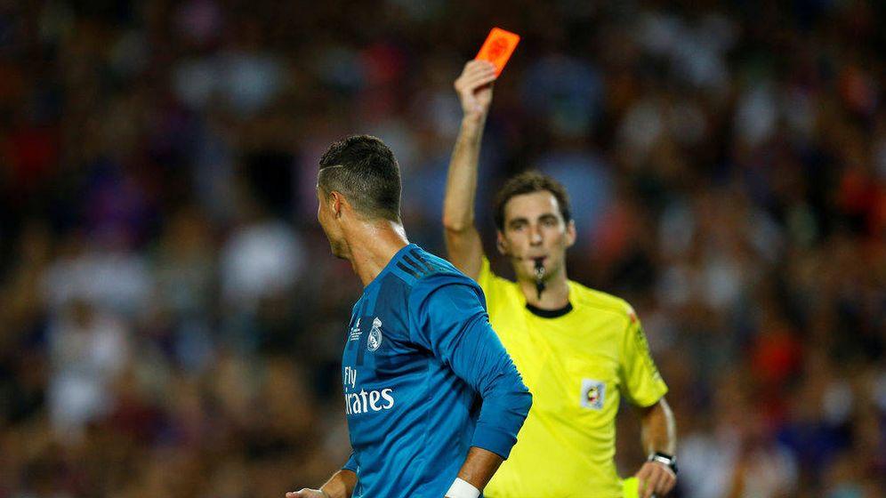Foto: El árbitro saca la tarjeta roja a Cristiano en el partido de la Supercopa de España. (Mediaset)
