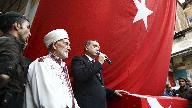 Foto: Erdogan habla ante el ataúd del policía Ahmet Camur, muerto en choques con militantes del PKK, en Trabzon, Turquía (Reuters).