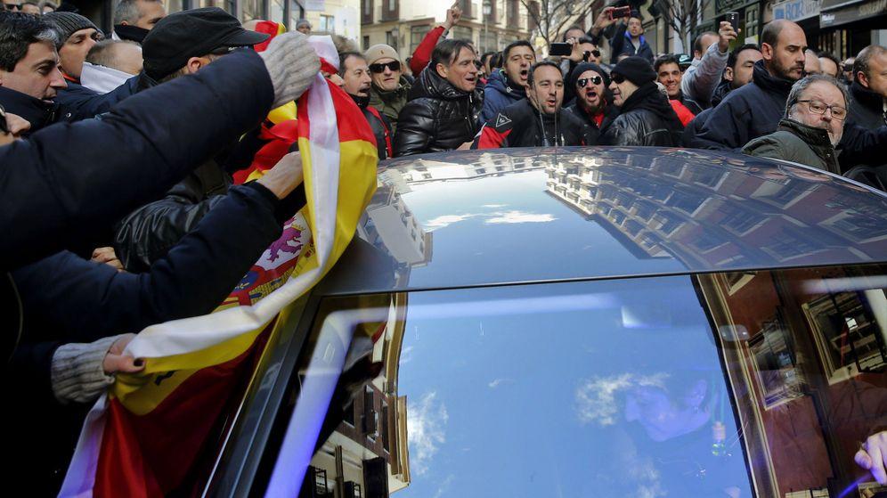 Foto: Policías de Madrid insultan a Javier Barbero y golpean el vehículo en el que viajaba. (EFE)