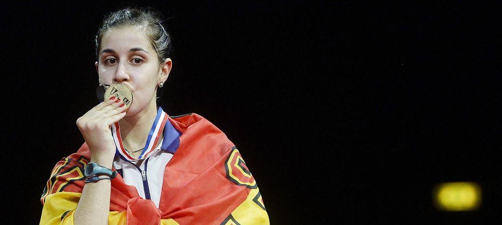 Foto: Carolina Marín besa la medalla de oro ganada en el Mundial de Copenhague (EFE)