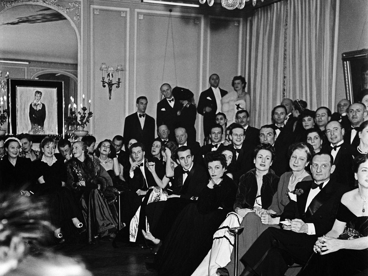 Foto: Uno de los desfiles y fiestas del diseñador Jacques Fath en 1954. (Cordon Press)
