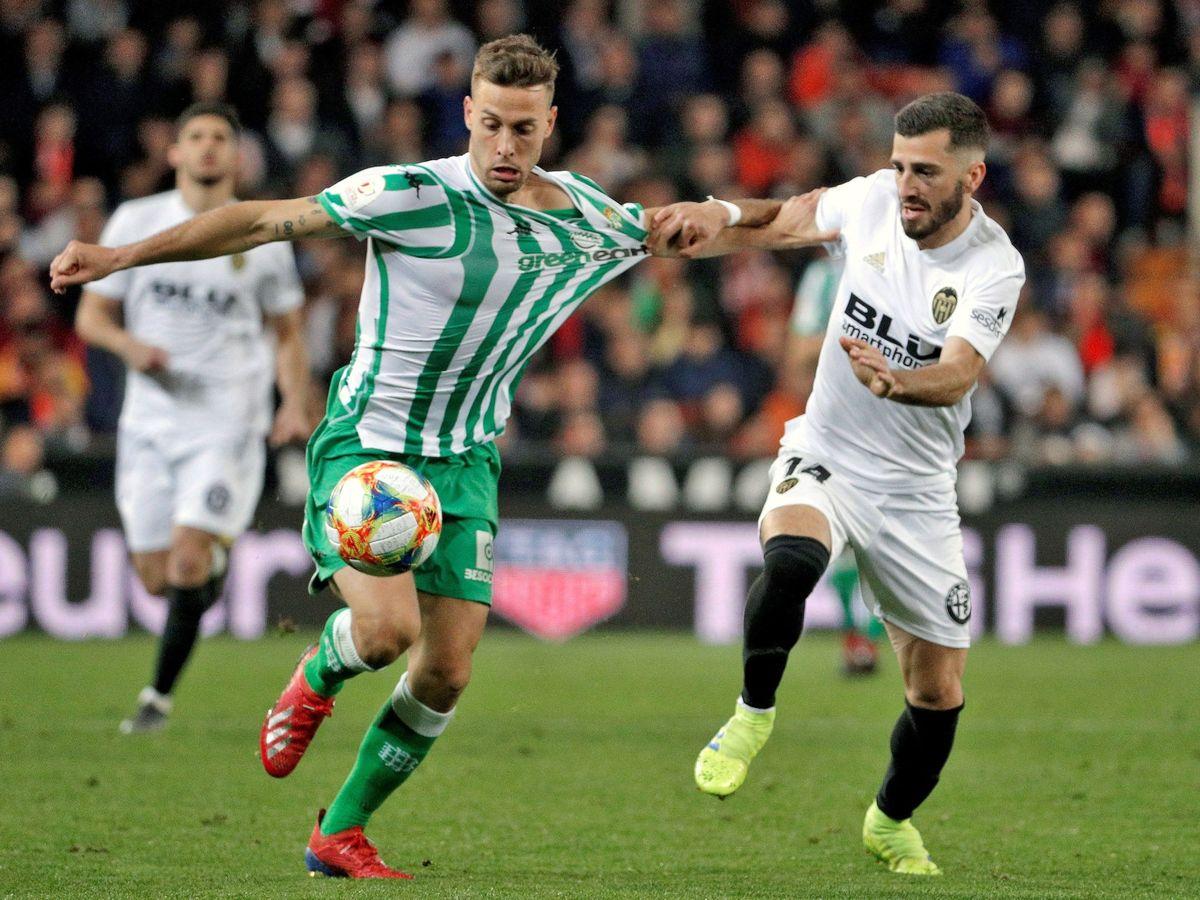 Foto: Gayá, del Valencia, agarra a Canales en un partido disputado en 2019. (Efe)