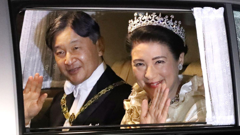 Naruhito y Masako, rumbo al banquete real. (Reuters)