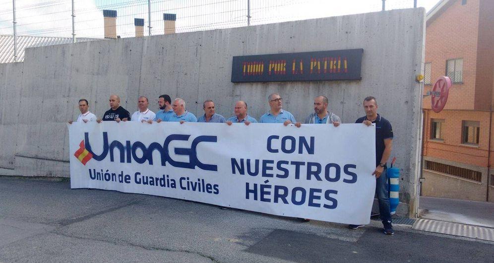 Foto: Miembros de la Unión de Guardias Civiles, este lunes ante el cuartel de Alsasua en apoyo de sus compañeros héroes. (E.C.)