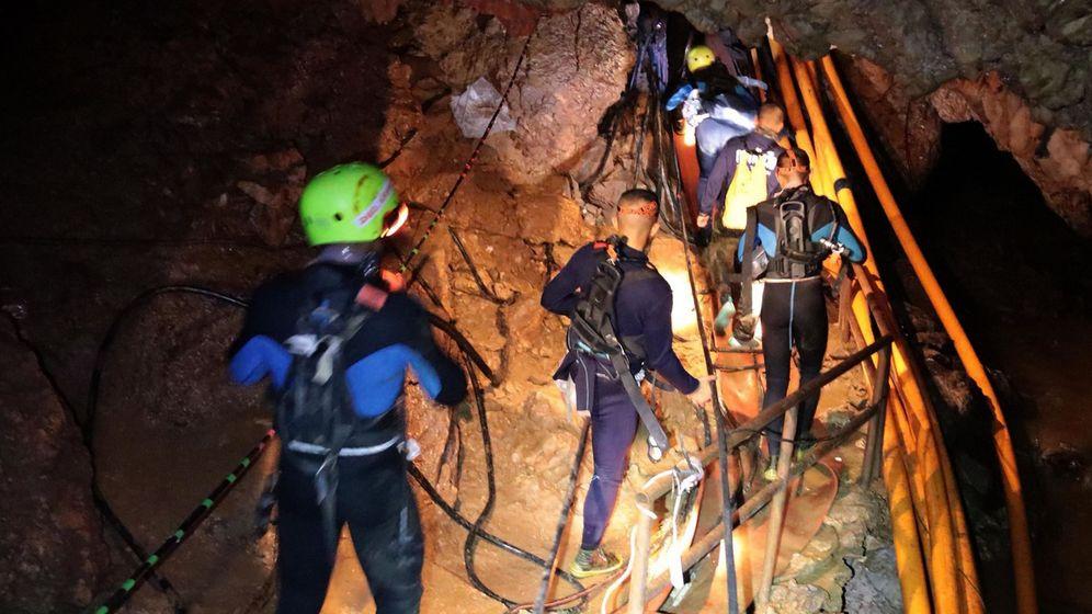 Foto: Militares tailandeses se adentran en el complejo de la cueva Tham Luang. (EFE)