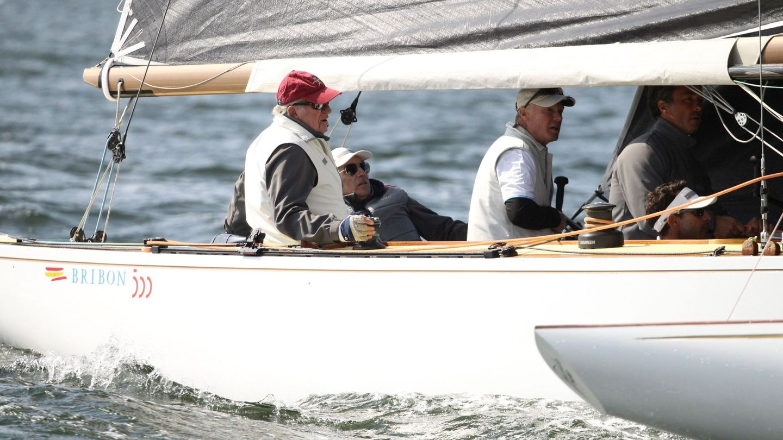 El rey emérito Juan Carlos patronea el buque Bribón. (EFE)