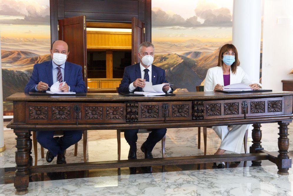 Foto: Andoni Ortuzar, Iñigo Urkullu e Idoia Mendia firman este pasado martes el pacto para reeditar el Gobierno en coalición. (EFE)