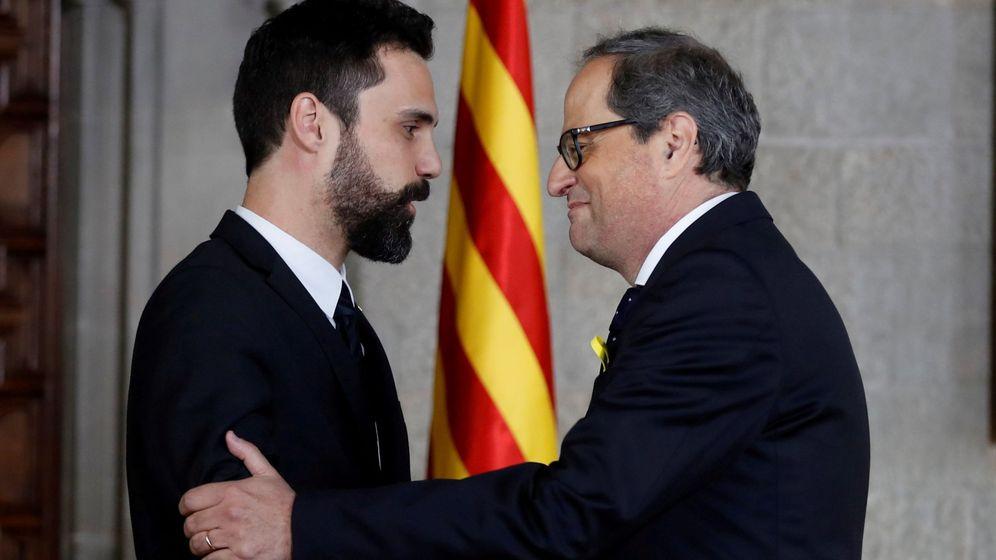 Foto: Quim Torra junto a Roger Torrent durante la toma de posesión de su cargo. (Reuters)