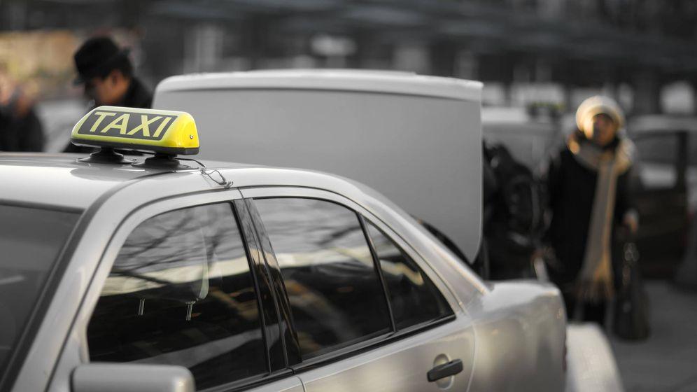Foto: Una mujer coge un taxi en el aeropuerto de Madrid. (iStock)