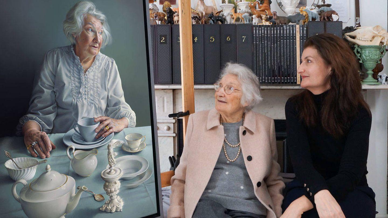 Miriam Escofet, junto a su madre, observando el cuadro 'An angel at my table'. (Cortesía)