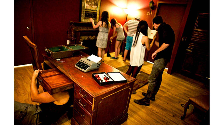Foto: Un grupo de personas intenta recoger pistas para salir de una de las habitaciones del juego. (Pixabay)