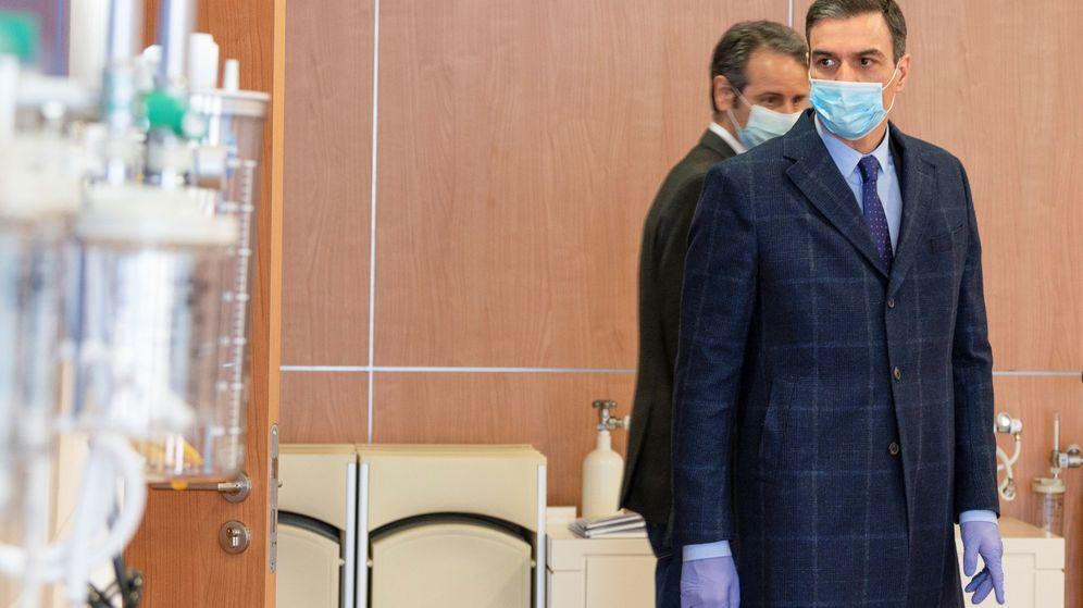 Foto: Pedro Sánchez, este viernes, en su visita a la planta del fabricante de respiradores Hersill. (Reuters)
