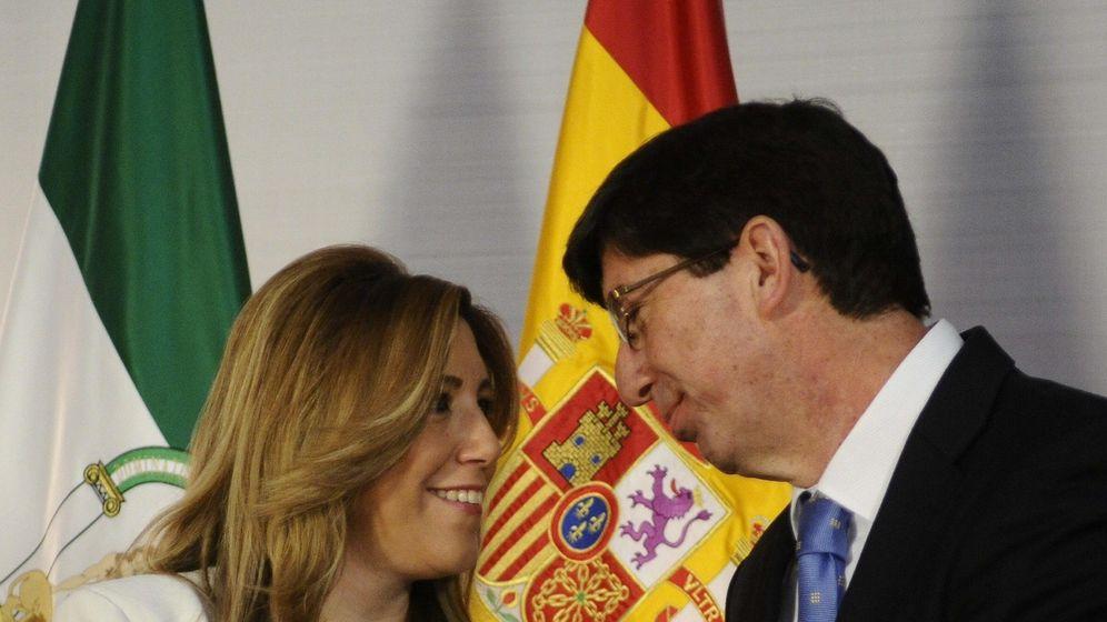 Foto: La presidenta en funciones de la Junta de Andalucía, Susana Díaz, recibe al líder de Ciudadanos, Juan Marín. (Efe)