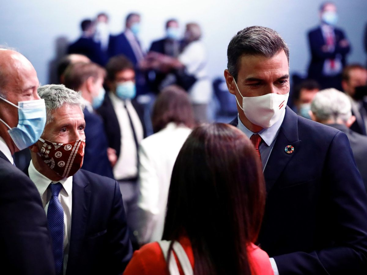 Foto: El presidente del Gobierno, Pedro Sanchez, y el ministro del Interior, Fernando Grande-Marlaska (2i), tras la conferencia 'España puede. Recuperación, transformación, resiliencia'. (EFE)