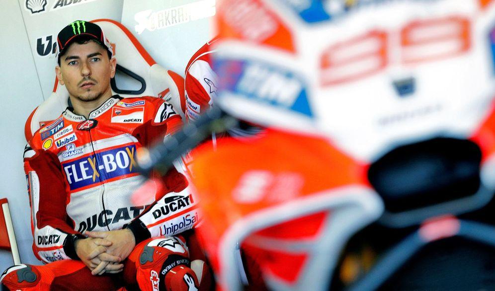 Foto: Jorge Lorenzo, pensativo delante de su Ducati. (EFE)
