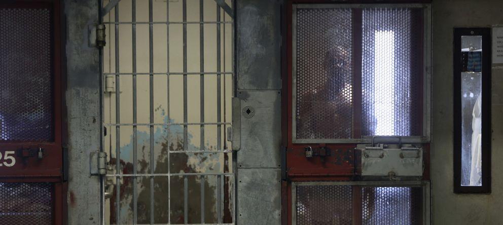 Foto: Un preso otea el exterior desde su celda en la Prisión del Estado de Corcoran en California. (Reuters/Robert Galbraith)