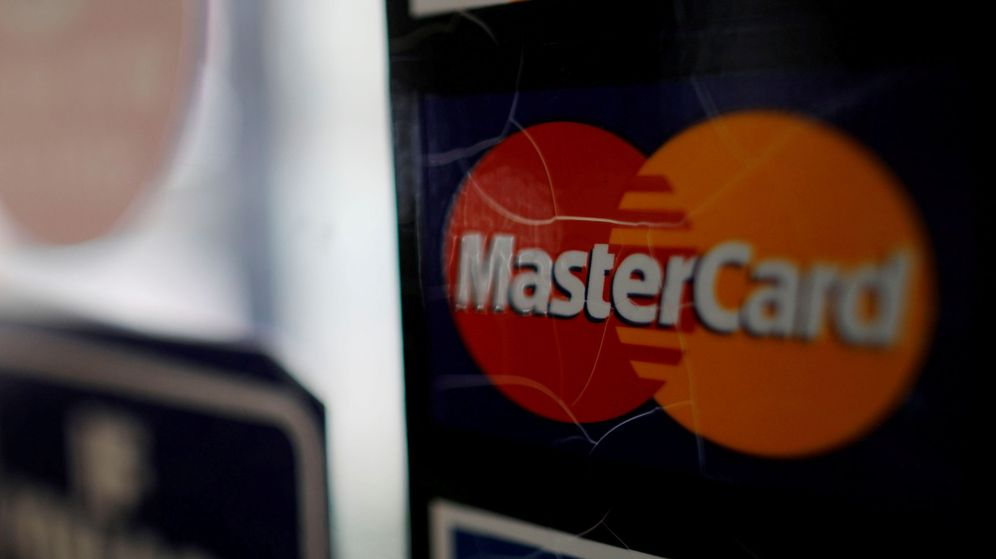 Foto: File photo: a sticker shows that a store accepts mastercard in harvard square in cambridge