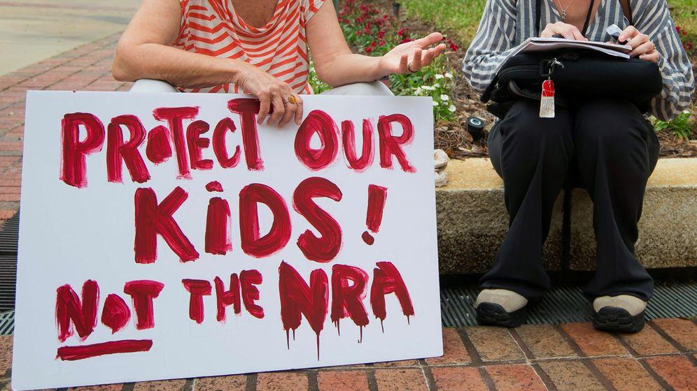 Foto: Una mujer sostiene una pancarta en la que se puede leer proteged a nuestros hijos, no a la NRA ante el Congreso de Florida en Tallahassee, Florida (Estados Unidos). (EFE)