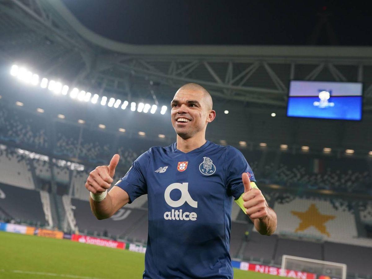 Foto: Pepe celebra en Turín la clasificación del Oporto.