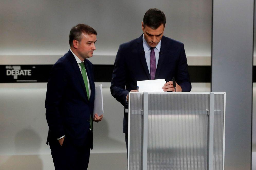 Foto: Pedro Sánchez con su director de Gabinete, Iván Redondo, momentos antes del inicio del debate a cinco, el pasado 4 de noviembre. (EFE)