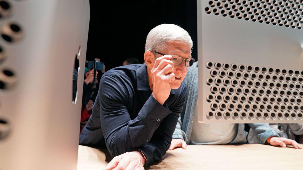 Foto: Tim Cook mirando un Mac Pro en la presentación del dispositivo el pasado mes de junio. (Reuters)