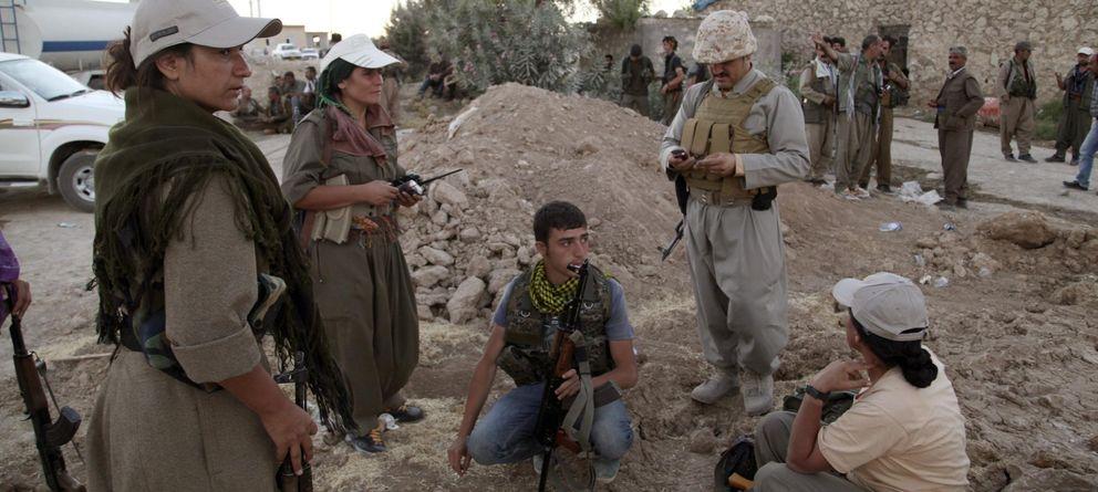 Foto: Combatientes kurdos, en un despliegue de seguridad en Makhmur, Irak. (Azad Lashkari/Reuters)