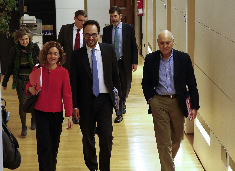 Antonio Hernando, con el resto del equipo negociador socialista, el pasado viernes en el Congreso. (EFE)