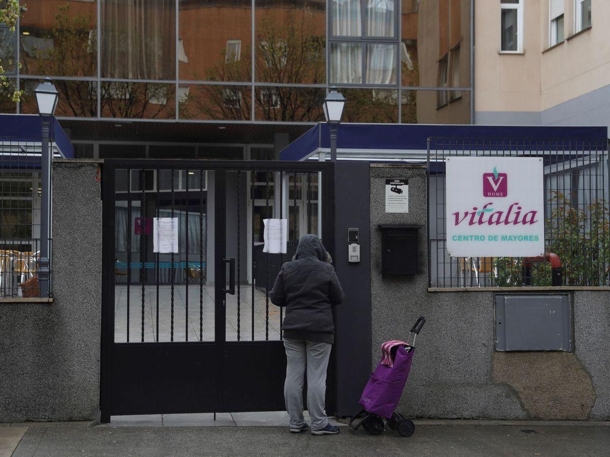 Foto: Una mujer acerca suministros a la residencia Vitalia en Leganés. (EFE)