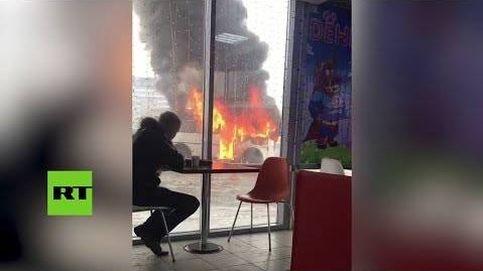 Se quema un autobús... y este ruso sigue tomando su café