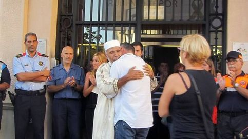 El abrazo entre el padre del niño fallecido en La Rambla y el imán de Rubí