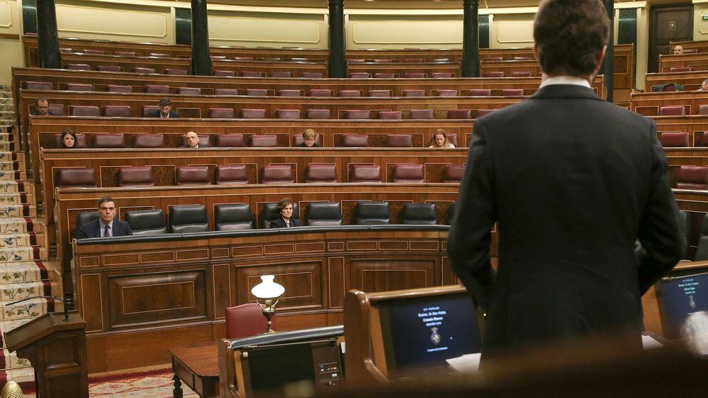 Foto: Pablo Casado, de espaldas, contesta a Pedro Sánchez en el Congreso. (EFE)