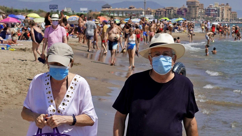 Numerosas localidades costeras ven cómo se multiplica su población en verano. (EFE)